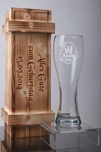 Graviertes Weizenbier Glas in geflammter Holzkiste